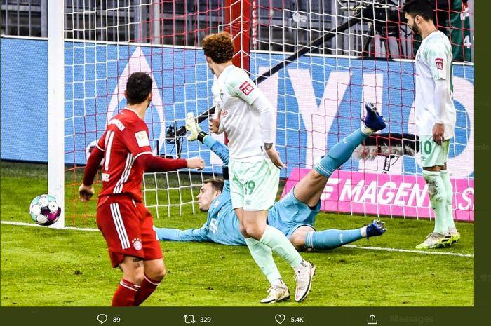 Manuel Neuer menyelamatkan gawang Bayern Muenchen dari kebobolan oleh pemain Werder Bremen dalam duel Bundesliga di Allianz Arena, 21 November 2020.