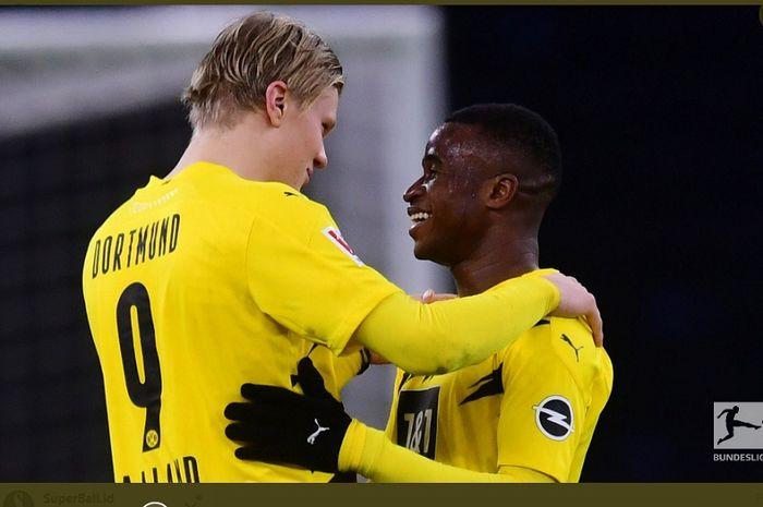Wonderkid Borussia Dortmund, Youssoufa Moukoko (kanan), menjadi pemain termuda dalam sejarah Bundesliga usai tampil melawan Hertha Berlin di usia 16 tahun 1 hari.