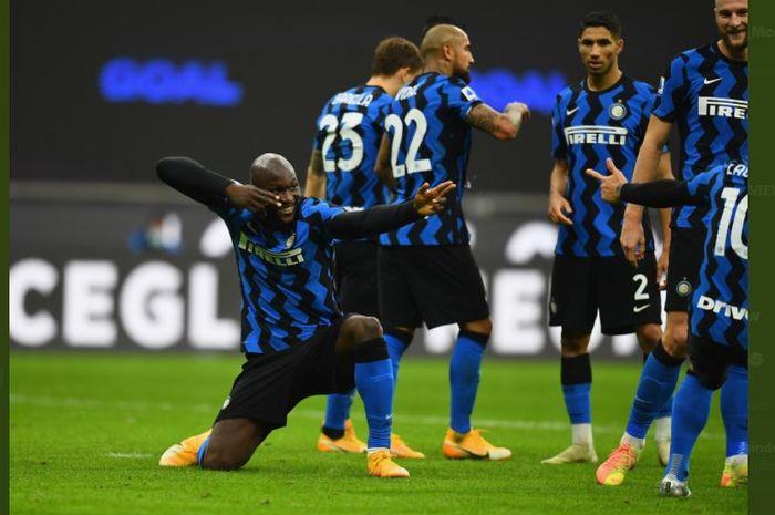 Romelu Lukaku merayakan gol Inter Milan bersama Lautaro Martinez ke gawang Torino dalam lanjutan Liga Italia, 22 November 2020.