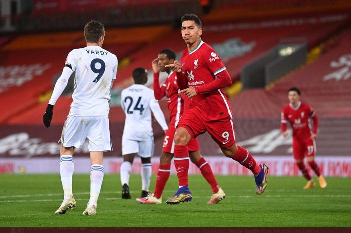 Penyerang Liverpool, Roberto Firmino, melewati Jamie Vardy usai mencetak gol ke gawang Leicester City dalam kemenangan 3-0 di Anfield dalam lanjutan Liga Inggris 2020-2021.