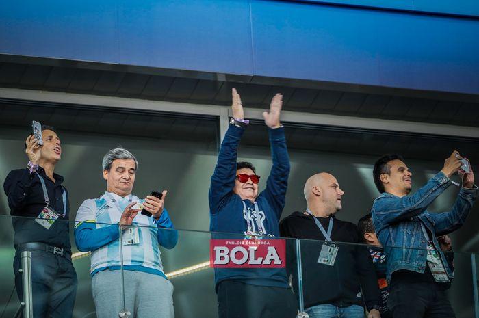 Diego Maradona menyapa suporter saat menyaksikan laga Argentina vs Islandia di fase grup Piala Dunia 2018 yang bergulir di Stadion Spartak, Moskow, pada 16 Juni 2018.