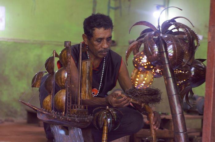 Proses pengerjaan tempurung kelapa