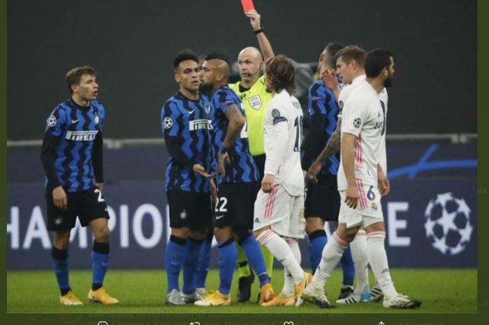 Arturo Vidal mendapatkan kartu merah saat Inter Milan menjamu Real Madrid di Liga Champions.