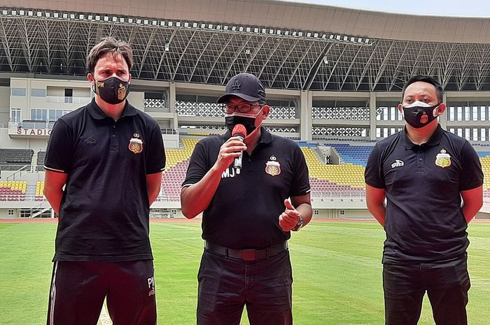 COO Bhayangkara Solo FC, Sumardji (tengah), ditemani Manajer I Nyoman Yogi Hermawan (kanan), dan pelatih Paul Munster (kiri) saat launching nama baru timnya di Stadion Manahan, Solo, Jumat (27/11/2020).