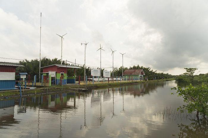 E-Mas Bayu (Energi Mandiri Tenaga Surya dan Angin) di Dusun Bondan, Desa Ujungalang, Kecamatan Kampung Laut, Kabupaten Cilacap, Jawa Tengah