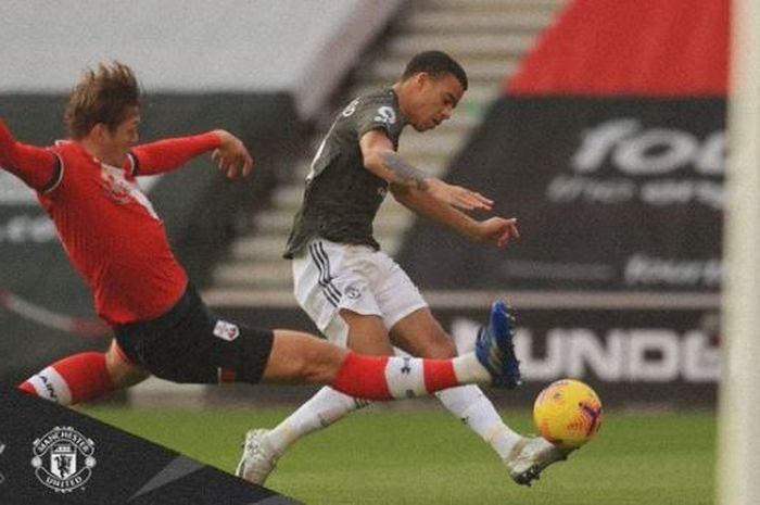 Striker Manchester United, Mason Greenwood, menendang bola dengan ngawur ke gawang kosong sehingga Man United hancur di tangan Southampton dalam laga Liga Inggris.