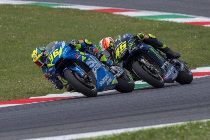 Dua pembalap MotoGP beda generasi, Valentino Rossi (belakang) dan Joan Mir (depan) tengah berduel.