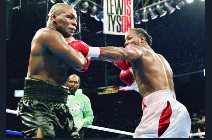 Pertarungan Mike Tyson (kiri) vs Lennox Lewis (kanan) terjadi pada 8 Juni 2002. Dalam duel itu, Lewis menjadi pemenang atas Tyson.