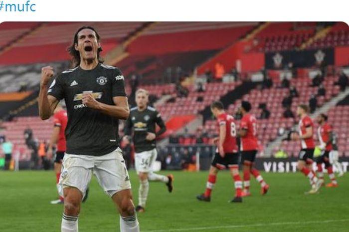 Striker Manchester United, Edinson Cavani, merayakan gol yang dicetak ke gawang Southampton dalam laga Liga Inggris di Stadion St. Mary's, Minggu (29/11/2020).