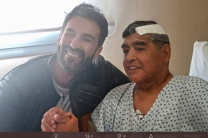Diego Maradona berpose dengan dokter pribadinya, Leopoldo Luque, usai menjalani operasi hematoma subdural.