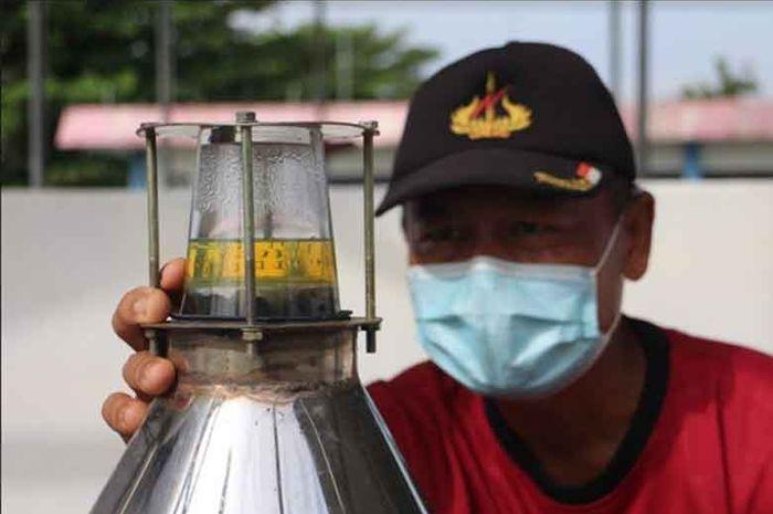 Ketua Unit Serai Wangi Subekti mengamati proses penyulingan minyak atsiri serai.