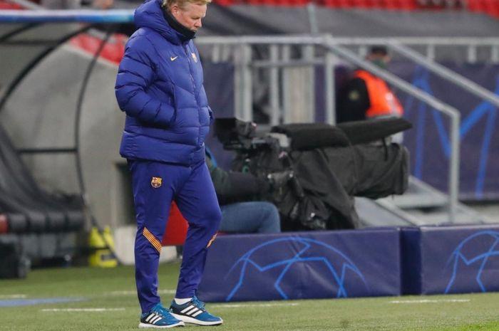 Pelatih Barcelona, Ronald Koeman, dalam sebuah laga di Liga Champions 2020-2021.