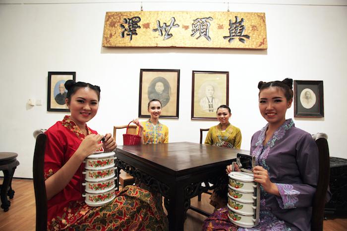Perempuan-perempuan Tionghoa berkebaya encim dengan dandanan tempo dulu. Mereka tampil dalam salah satu rangkaian acara pameran dan diskusi buku Peranakan Tionghoa Indonesia di Kota Lama Semarang.