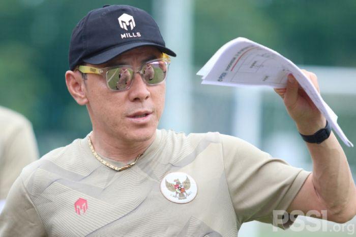 Shin Tae-yong memimpin latihan Timnas U-19 Indonesia di Lapangan D (Panahan), Senayan, Jakarta, Sabtu (12/12/2020).