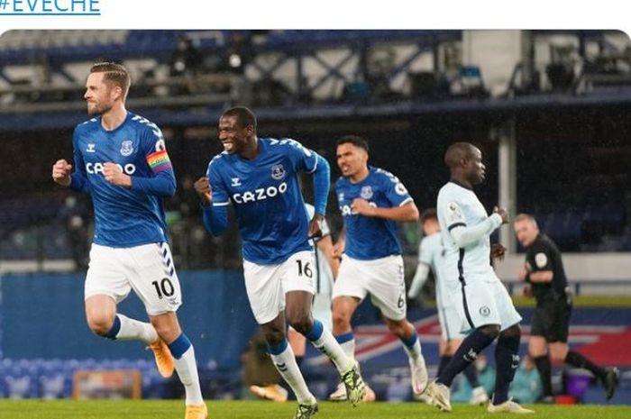 Gelandang Everton, Gylfi Sigurdsson, merayakan gol yang dicetak ke gawang Chelsea dalam laga Liga Inggris di Stadion Goodison Park, Sabtu (12/12/2020).