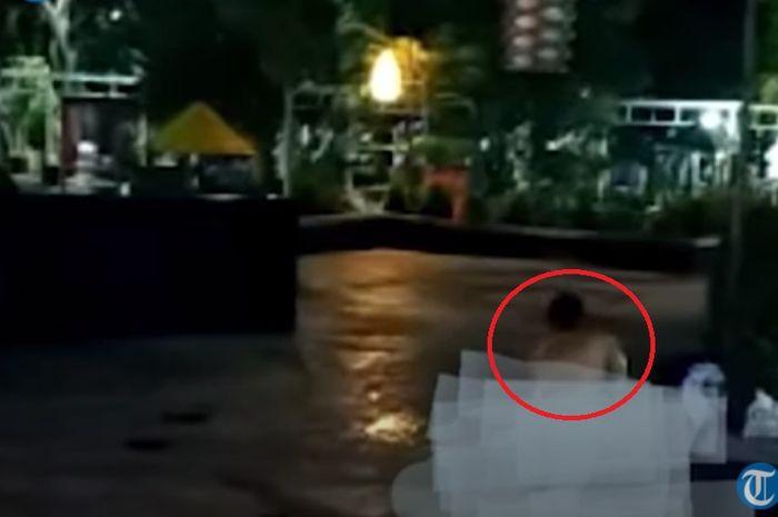 Video viral Wanita mandi di alun-alun