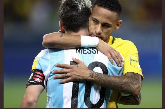 Lionel Messi berpelukan dengan Neymar dalam duel timnas Argentina vs Brasil.