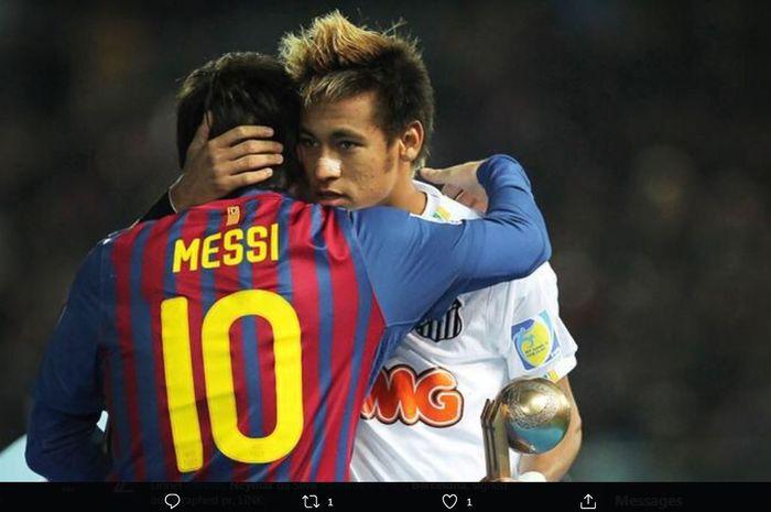Lionel Messi berpelukan dengan Neymar dalam duel Barcelona vs Santos FC.