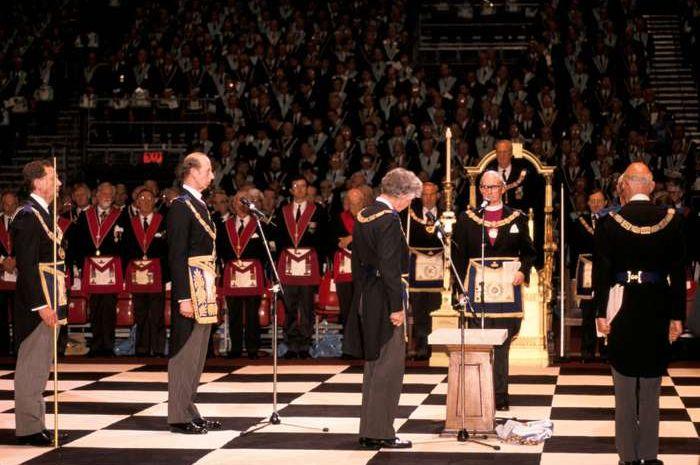 Perkumpulan Freemason di Earls Court di London untuk merayakan ulang tahun ke-275 pembentukan United Grand Lodge of England, 1992.