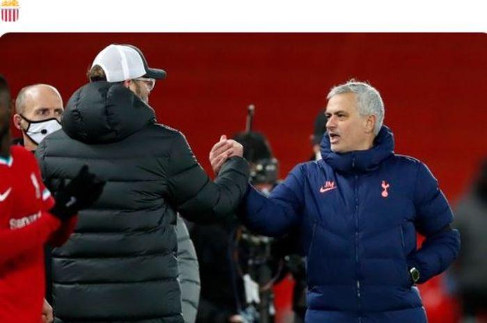 Pelatih Liverpool, Juergen Klopp, menyapa pelatih Tottenham Hotspur, Jose Mourinho, dalam laga Liga Inggris di Stadion Anfield, Rabu (16/12/2020).