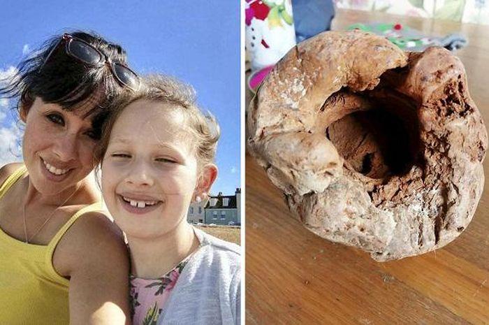 Ibu dan anak temukan benda aneh di pinggir pantai