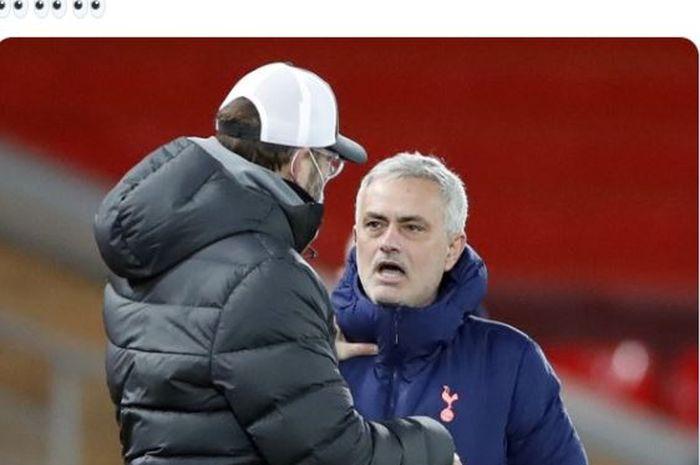 Pelatih Liverpool, Juergen Klopp, berbicara dengan pelatih Tottenham Hotspur, Jose Mourinho, dalam laga Liga Inggris di Stadion Anfield, Rabu (16/12/2020).