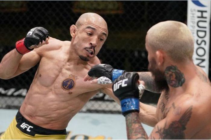 Aksi Jose Aldo (kiri) kala membungkam Marlon Vera pada UFC Vegas 17, beberapa waktu yang lalu (20/12/2020).