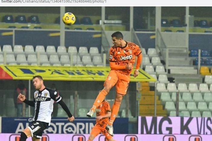 Megabintang Juventus, Cristiano Ronaldo, mencetak gol sundulan dalam laga Liga Italia melawan Parma di Stadion Ennio Tardini, Sabtu (19/12/2020).