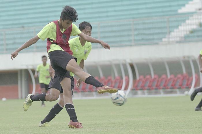 Para pemain timnas U-16 Indonesia bermain dalam gim internal di Stadion Maguwoharjo, Yogyakarta, Sabtu (19/12/2020).