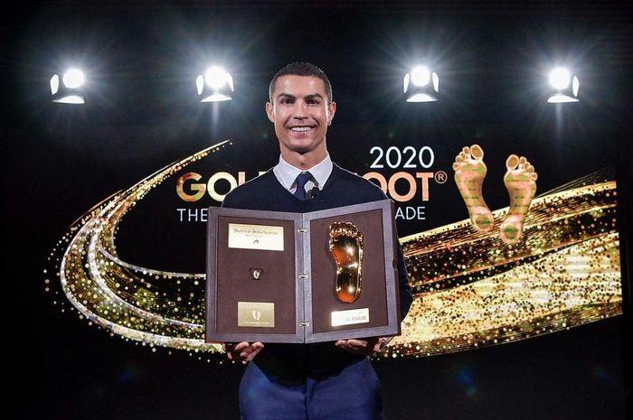 Megabintang Juventus, Cristiano Ronaldo, menerima penghargaan Golden Foot 2020 di Kerajaan Monako pada Minggu (20/12/2020) kemarin waktu setempat