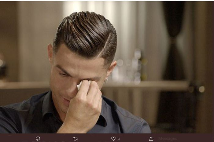 Cristiano Ronaldo menyeka air mata saat membahas mengenai ayahnya, Jose Dinis Aveiro.