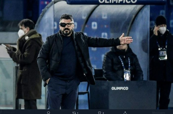 Gennaro Gattuso nampak menggunakan penutup mata dalam laga antara Napoli dan Lazio, Minggu (20/12/2020).
