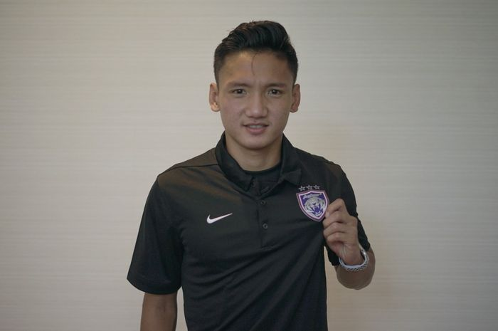 Pemain Indonesia, Syahrian Abimanyu saat diperkenalkan Johor Darul Takzim ke publik.
