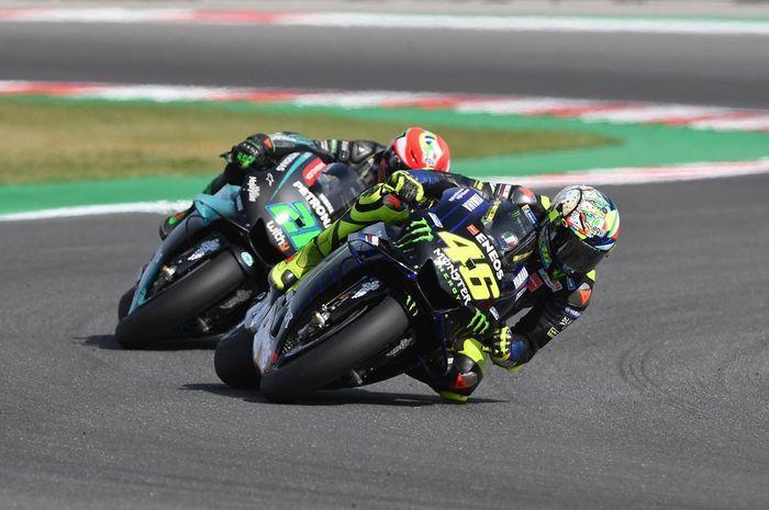 Duo pembalap Yamaha Petronas SRT musim MotoGP 2021, Franco Morbidelli (belakang) dan Valentino Rossi (depan).