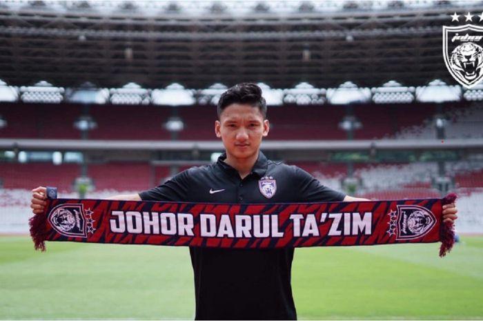 Syahrian Abimanyu membentangkan syal Johor Darul Ta'zim, klub raksasa Malaysia yang merekrutnya dari Madura United, 23 Desember 2020.