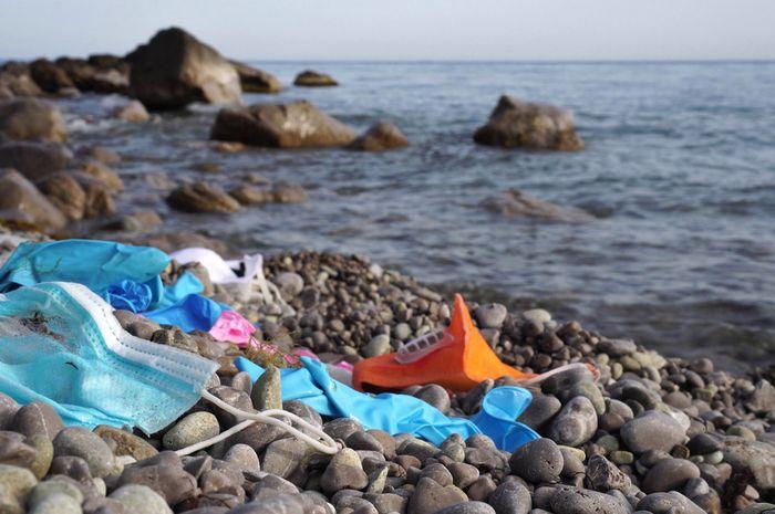 pandemi Covid-19 memicu peningkatan pencemaran lingkungan laut dari limbah plastik bekas alat pelindung diri (APD).