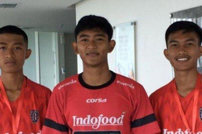 Pemain Garuda Select II sekaligus bek Bali United, Putu Dipa Yogi Arta (tengah).