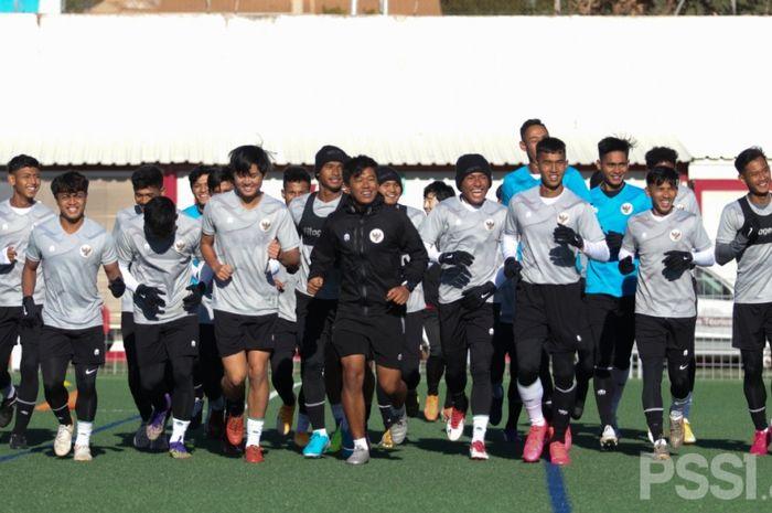 Para pemain Timnas U-19 Indonesia sudah melakoni latihan pada Senin (28/12/2020). Sesi latihan dilakukan siang hari di Stadion Campo Futbol Roda de Bara, Tarragona.