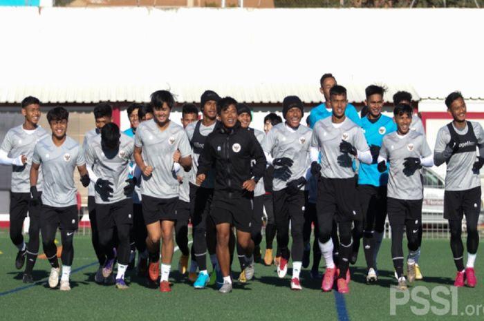 Para pemain Timnas U-19 Indonesia mulai berlatih di Stadion Campo Futbol Roda de Bara, Tarragona, Spanyol. Mereka akan pindah ke Futbol Salou Sports Center dan Shin Tae-yong ikut bergabung tanggal 3 atau 4 Januari 2021.