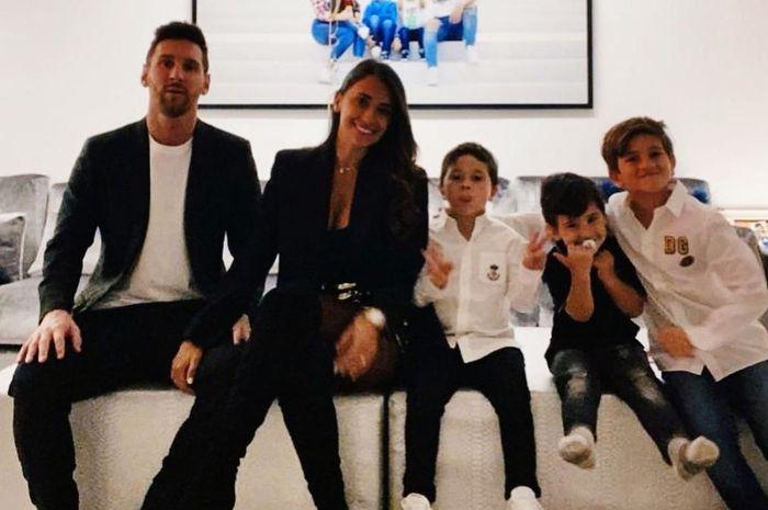Megabintang Barcelona, Lionel Messi menyambut tahun baru 2021 dengan berfoto bersama istrinya, Andonela Roccuzzo dan ketiga putranya.