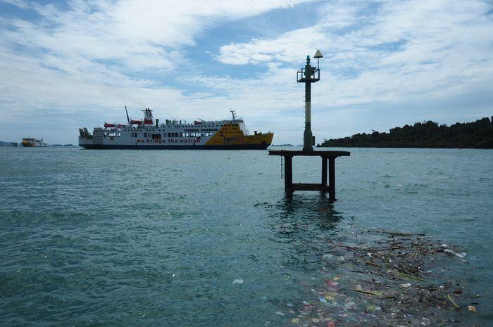 Sampah-sampah mencemari Pelabuhan Merak