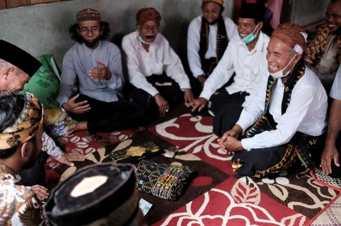 Suasana kebersamaan keluarga di Manggarai Barat dalam sebuah perbincangan adat pernikahan.