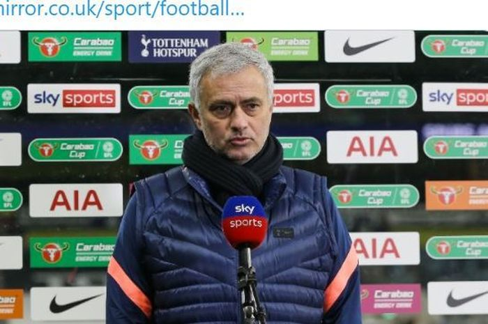 Pelatih Tottenham Hotspur, Jose Mourinho, melakukan wawancara seusai laga semifinal Piala Liga Inggris kontra Brentford di Tottenham Hotspur Stadium, Selasa (5/1/2020).