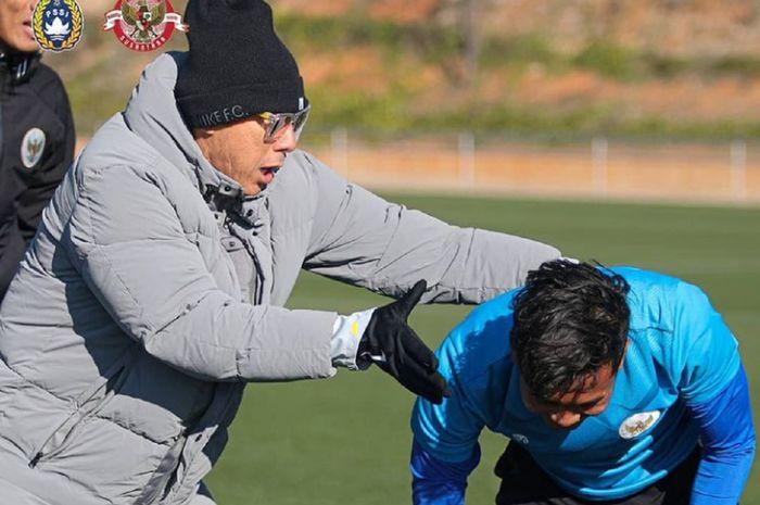 Pelatih Timnas U-19 Indonesia Shin Tae-yong membantu anak asuhnya dalam latihan di Spanyol, Kamis (7/1/2021).