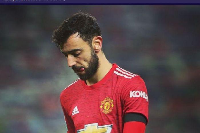 Gelandang Manchester United, Bruno Fernandes, tertunduk lesu usai timnya kalah 0-2 dari Manchester City pada semifinal Piala Liga Inggris 2020-2021 di Stadion Old Trafford, Rabu (6/1/2021) waktu setempat atau Kamis pukul 02.45 WIB.