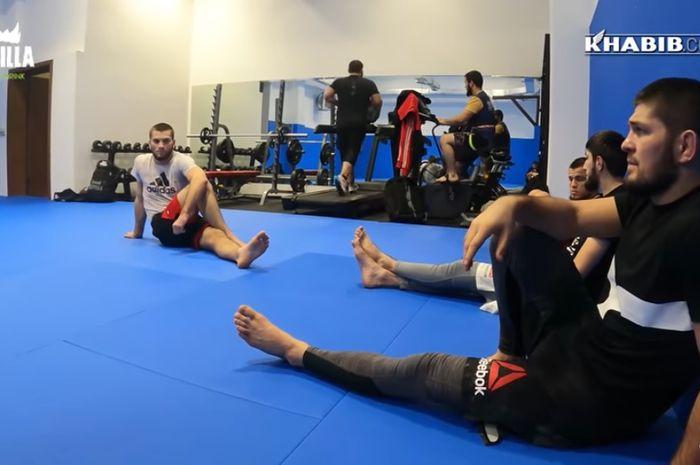Khabib Nurmagomedov, berlatih bersama saudara-saudara seperguruannya di Dagestan.