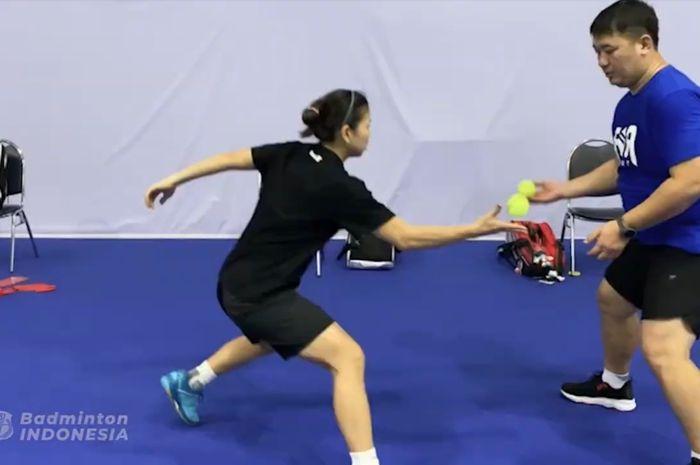 Pebulu tangkis ganda putri Indonesia, Greysia Polii, berlatih di Bangkok, Thailand, menjelang Thailand Open I 2021.