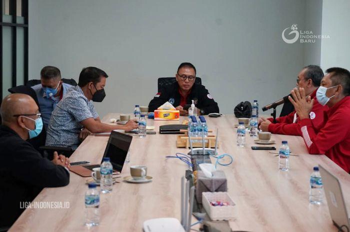 Ketua Umum PSSI Mochamad Iriawan (tengah) menggelar pertemuan dengan PT Liga Indonesia Baru, Senin (11/1/2021), di Jakarta. Liga 1 dan Liga 2 musim 2020-2021 akhirnya resmi dibatalkan.
