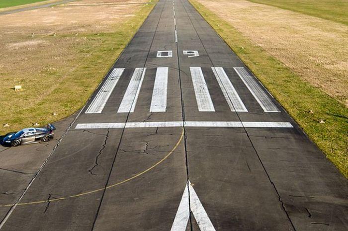 Tanda-tanda di landasan penerbangan.