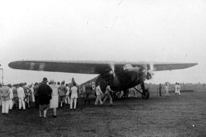 Penerbangan komersil pertama di Cililitan, Batavia, menuju Bandung dan Semarang.